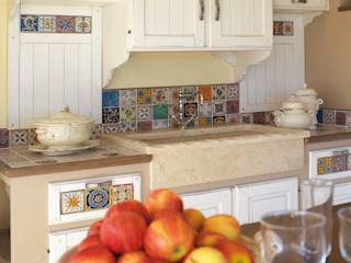 Cucina in muratura stile country chic, realizzazione su misura Mobili a Colori Cucina attrezzata Legno massello Bianco