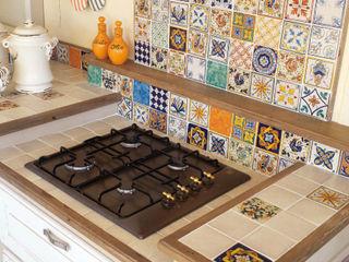 Cucina in muratura stile country chic, realizzazione su misura Mobili a Colori Cucina attrezzata Piastrelle Variopinto