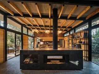Saavedra Arquitectos Salon moderne Bois massif Effet bois
