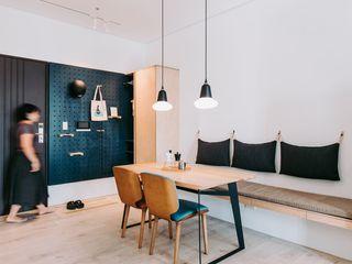 小空間的低預算整理術,巧妙的隔間簾示範|遮光布簾.捲簾 MSBT 幔室布緹 斯堪的納維亞風格的走廊,走廊和樓梯 金屬 Blue