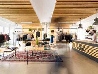 Ladenaustattung BLEED Clothing edictum - UNIKAT MOBILIAR Moderne Ladenflächen Holz Beige