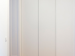 GANTZ - beleuchteter Garderobenschrank nach Maß in Flurnische GANTZ - Regale und Einbauschränke nach Maß Moderner Flur, Diele & Treppenhaus Holzwerkstoff Weiß