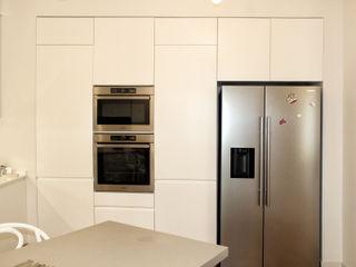 Architetto Luigia Pace Cozinhas modernas Madeira Branco