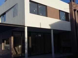 Rojas Guri Arquitectos Rumah keluarga besar Besi/Baja Brown
