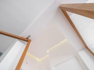 FEMMA Interior Design Modern corridor, hallway & stairs Wood White