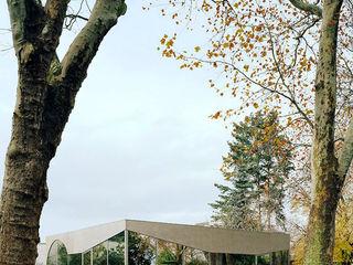 FRIED. Café-Pavillon im Friedhofspark AMUNT Architekten in Stuttgart und Aachen Moderne Gastronomie Holz Metallic/Silber