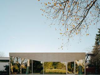 FRIED. Café-Pavillon im Friedhofspark AMUNT Architekten in Stuttgart und Aachen Minimalistische Gastronomie Glas Metallic/Silber