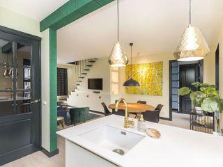 Emerald kitchen and living room Obradov Studio Eclectische eetkamers