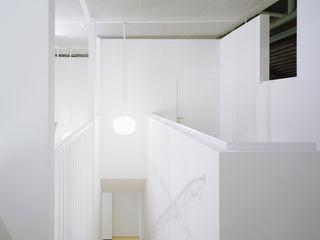 ROXUL. Messestand für einen Hersteller von Solarmodulen AMUNT Architekten in Stuttgart und Aachen Geschäftsräume & Stores Weiß
