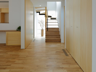 アトリエdoor一級建築士事務所 現代風玄關、走廊與階梯 木頭 Brown
