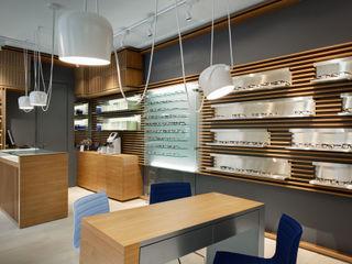 """Ristrutturazione e interior design del negozio di ottica """"Thomas Opticien"""" a Parigi Alessandra Pisi / Pisi Design Architetti Negozi & Locali commerciali in stile minimalista Legno Variopinto"""