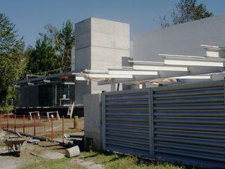 AGE/Alejandro Gaona Estudio Puertas de garaje Aluminio/Cinc Metálico/Plateado