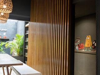 Bhavana Bar & Club in stile industrial PVC Grigio