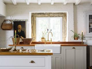 The Cotes Mill Classic Showroom by deVOL deVOL Kitchens Dapur Klasik White