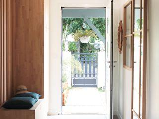 Réhabilitation d'une maison à Ambarès-et-Lagrave Agence boÔbo Couloir, entrée, escaliers scandinaves Bois Blanc