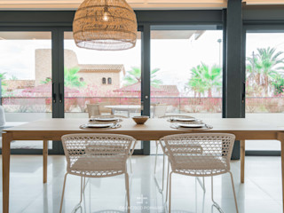 Interiorismo de estilo mediterráneo y diseño de cocina en apartamento (casa en la playa) Francisco Pomares Arquitecto / Architect ComedorMesas Madera maciza