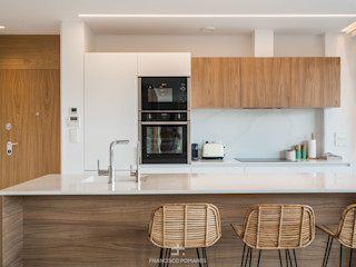 Interiorismo de estilo mediterráneo y diseño de cocina en apartamento (casa en la playa) Francisco Pomares Arquitecto / Architect Cocinas integrales Madera