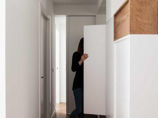 estudio551 Pasillos, vestíbulos y escaleras de estilo moderno