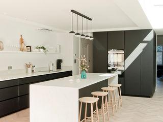 Dulwich Home - Designcubed Architects Designcubed Nhà bếp phong cách hiện đại Gỗ Black