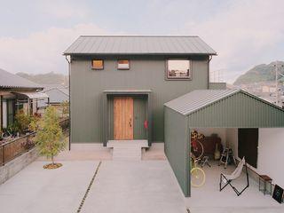 ガレージでDIYを楽しむ家 ELホーム/KURASU HOUSE 木造住宅 金属 緑