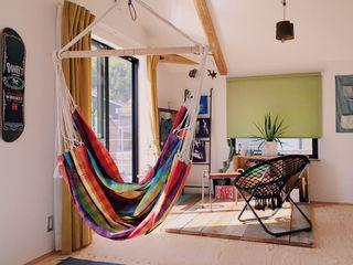 ガレージでDIYを楽しむ家 ELホーム/KURASU HOUSE 北欧デザインの 書斎 無垢材 緑