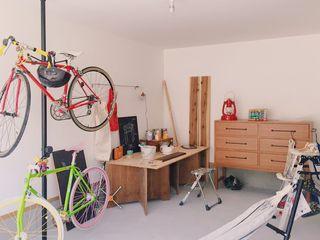 ガレージでDIYを楽しむ家 ELホーム/KURASU HOUSE ガレージ車庫 灰色