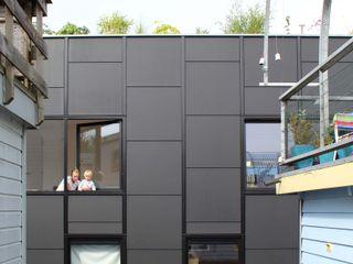 Julius Taminiau Architects Casas prefabricadas Madera Negro