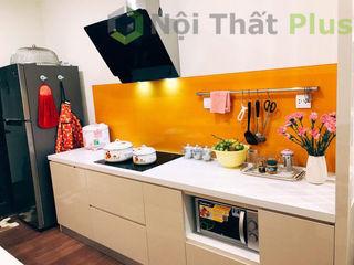 Thiết kế tủ bếp nhỏ gọn cho căn hộ của chị Linh ở IMPerial Garden Hà Nội Công ty thiết kế thi công nội thất - NỘI THẤT PLUS Garage / Hangar Béton armé Effet bois