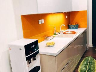 Thiết kế tủ bếp nhỏ gọn cho căn hộ của chị Linh ở IMPerial Garden Hà Nội Công ty thiết kế thi công nội thất - NỘI THẤT PLUS Balcon, Veranda & TerrasseEclairage Béton Bleu