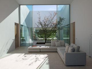 Vivienda Unifamiliar Aislada con Piscina en Madrid Otto Medem Arquitecto vanguardista en Madrid Salones de estilo mediterráneo