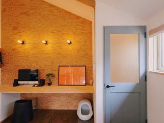 ワークスペースのある家 ELホーム/KURASU HOUSE ラスティックデザインの 書斎
