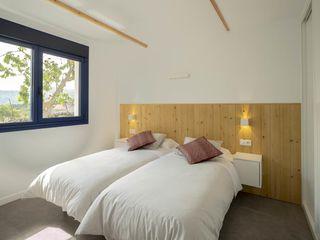 Iluminación de casa rehabilitada para uso turístico en la Ribeira Sacra Luzopolis DormitoriosIluminación Blanco