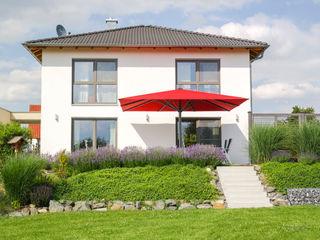 Starkwindschirm auf Terrasse eines Einfamilienhauses Uhlmann Sonnenschirme e.K. GartenAccessoires und Dekoration Rot