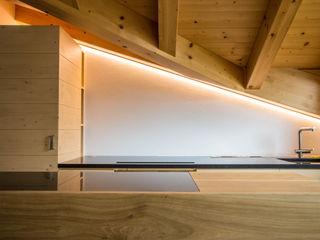 Nuovo Impianto di illuminazione domestico a LED per casa in montagna Monico Impianti Cucina attrezzata Legno Marrone