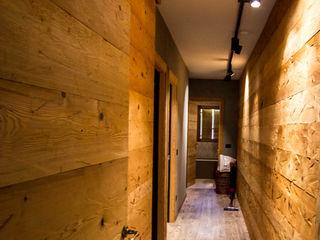 Impianto elettrico e sistema di illuminazione di nuova generazione - abitare sulle Dolomiti Monico Impianti Ingresso, Corridoio & ScaleIlluminazione Legno Effetto legno