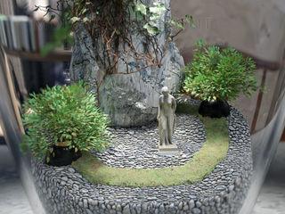 Design di interno appartamento con giardino in vaso al centro del tavolo Alessandro Chessa CasaAccessori & Decorazioni