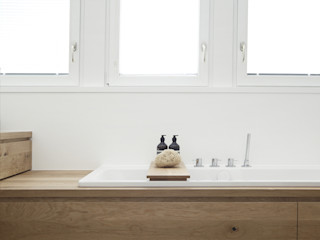 PRIVATHAUS IM TAUNUS Eva Lorey Innenarchitektur Minimalistische Badezimmer Holz Weiß