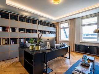 A lavish new postmodern real estate office space Ivy's Design - Interior Designer aus Berlin ArbeitszimmerAufbewahrungen Holz Grau