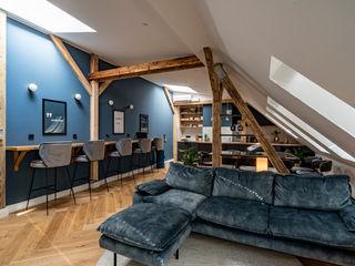 A lavish new postmodern real estate office space Ivy's Design - Interior Designer aus Berlin WohnzimmerSofas und Sessel Textil Blau