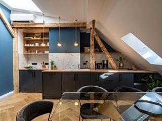 A lavish new postmodern real estate office space Ivy's Design - Interior Designer aus Berlin Einbauküche Holz Schwarz