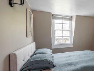 WN Interiors + WN Store Moderne Schlafzimmer