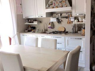 Arredamento shabby chic L&M design di Marelli Cinzia Cucina in stile classico Legno composito Bianco