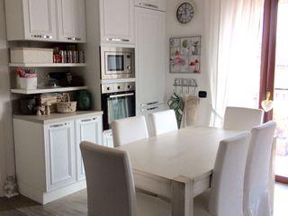 Arredamento shabby chic L&M design di Marelli Cinzia Cucina in stile classico Legno Bianco