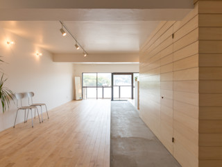 HAMADA DESIGN Minimalistyczny korytarz, przedpokój i schody
