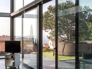 Construcción de Casa Moderna en L'Ametlla del Vallès Esteve Arquitectes Puertas y ventanas de estilo moderno Aluminio/Cinc Negro