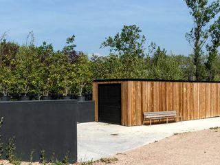 Caseta de campo de estilo nórdico minimalista para Santa&Cole Esteve Arquitectes Casetas de jardín Madera maciza Marrón