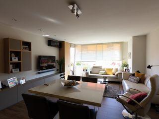 Proyecto de Interiorismo en Barcelona, con cambio de orientación de salón comedor y apertura de cocina. CREAPROJECTS. Interior design. Comedores de estilo moderno