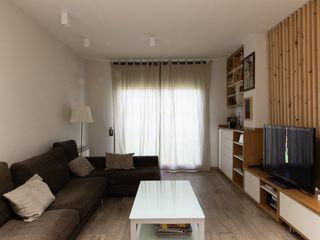 Reforma de vivienda unifamiliar de 3 plantas en Sant Just (Barcelona) CREAPROJECTS. Interior design. Salones de estilo ecléctico