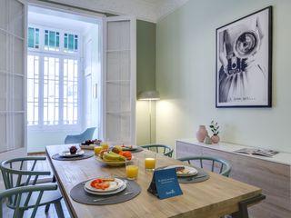 Proyecto decorativo, amueblamiento, iluminación y decoración de vivienda en el Eixample (Barcelona). Proyecto de bajo coste y de ejecución rápida, sin obras. CREAPROJECTS. Interior design. Comedores de estilo escandinavo