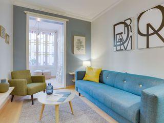 Proyecto decorativo, amueblamiento, iluminación y decoración de vivienda en el Eixample (Barcelona). Proyecto de bajo coste y de ejecución rápida, sin obras. CREAPROJECTS. Interior design. Salones de estilo escandinavo Azul